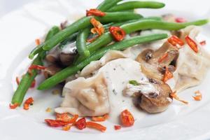 feijão verde com cogumelos e macarrão foto