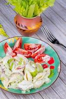 salada de macarrão cremoso com aipo e cebola vermelha foto