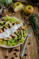 salada waldort com frango grelhado foto