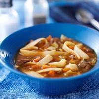 tigela de sopa de carne e macarrão foto