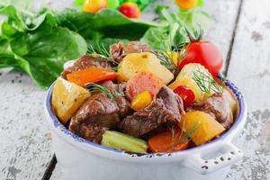 carne de goulash com legumes e batatas