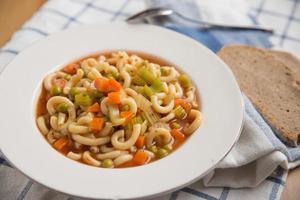 sopa italiana de minestrone de legumes em uma tigela foto