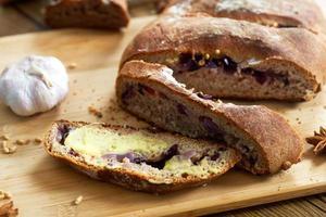 pão de centeio cozido com coentro foto