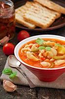 minestrone, sopa de legumes italiana com macarrão foto