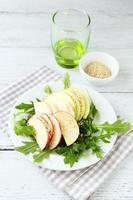 salada com maçãs, aipo e rúcula