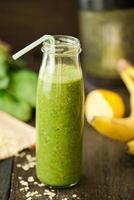 batido de desintoxicação verde fresco com espinafre e farinha foto