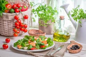 salada caseira com salmão e legumes foto