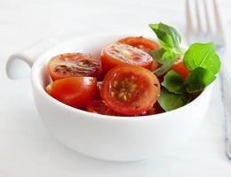 tomate cereja e manjericão foto