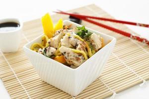 salada de macarrão de frango com gergelim foto