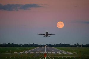 decolagem de avião sob a lua cheia