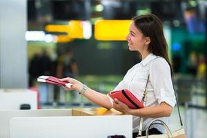 mulheres segurando passaportes e cartão de embarque no aeroporto foto