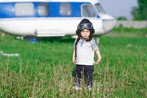 a criança na forma de piloto de helicóptero foto