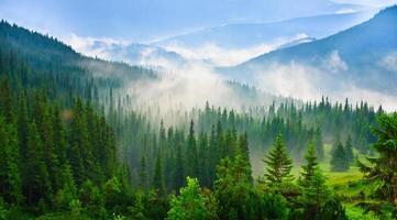 paisagem de belas montanhas foto