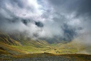 paisagem de montanhas e nuvens foto