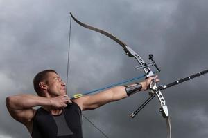 um arqueiro masculino dando um tiro com seu arco e flechas