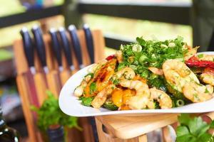 aperitivo quente com legumes e camarão foto