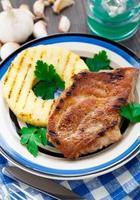 costeleta de porco grelhada com abacaxi foto