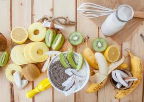 frutas frescas e leite de coco foto