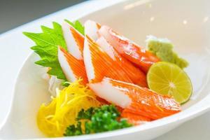 kani sashimi kani sashimi., imitação de carne de caranguejo. foto