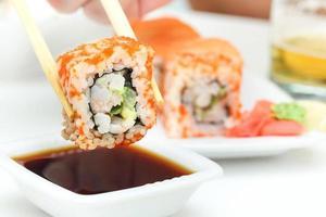rolo de sushi em pauzinhos foto