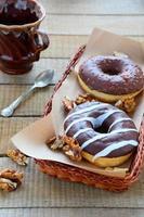rosquinhas de chocolate com nozes foto