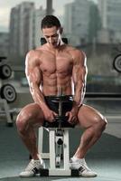 fisiculturista exercitar bíceps com halteres