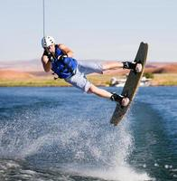 homem wakeboard no lago powell foto