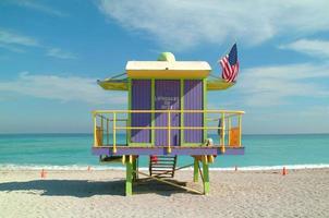 estação de salva-vidas roxa em uma praia ensolarada foto