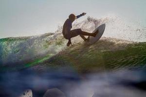 surfando uma onda.