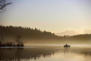 paisagem na névoa da manhã foto