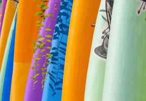 pranchas de surf coloridas foto