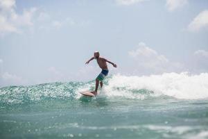 surfista surfando nas ondas espirrar ativamente