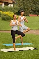 exercício de yoga. jovem casal meditando no clube de fitness foto