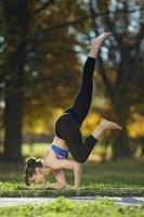 pose de ioga de pombo voador foto