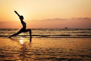 silhueta de ioga foto
