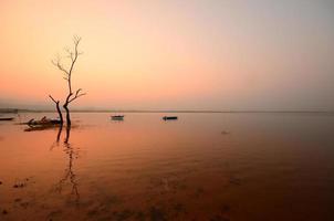 paisagem cênica do lago ao nascer do sol foto