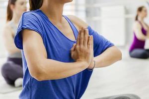 fêmeas fazendo yoga foto