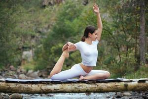 mulher fazendo yoga na natureza foto