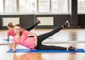 mulher grávida ginástica. foto