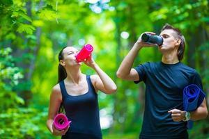 estilo de vida saudável fitness de jovens casais treinando no parque foto