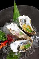ostras frescas com três molhos