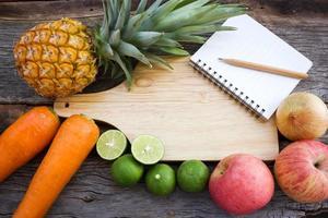conceito de fundo de alimentos. variedade de frutas em fundo madeira.