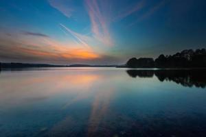 paisagem do nascer do sol lindo lago foto