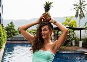 dieta de desintoxicação. menina bonita com abacaxi na cabeça dela foto