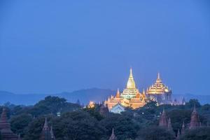 pagode ananda ao entardecer foto