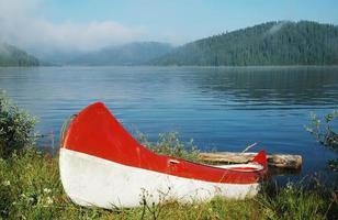 canoa perto do lago foto