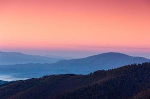 bela paisagem montanhosa ao amanhecer. foto