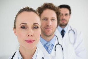 médicos em uma fileira