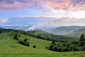 paisagem linda de verão nas montanhas foto