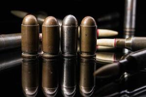 balas de pistola em uma linha foto